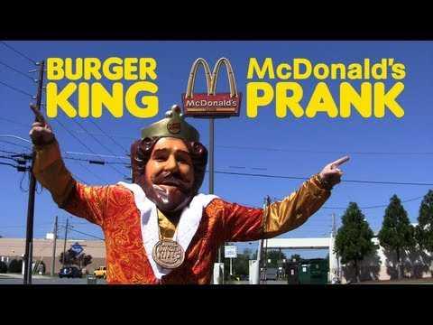 【動画】バーガーキングのマスコットがマクドナルドに侵入し無料バーガーを配布