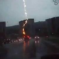 【動画】高速道路を走る車に雷が落ちる瞬間