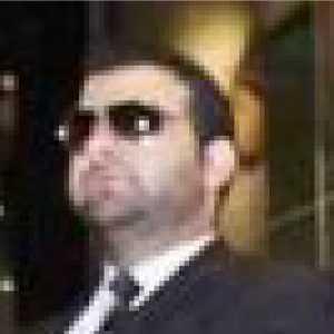 警備員の顔の拡大画像