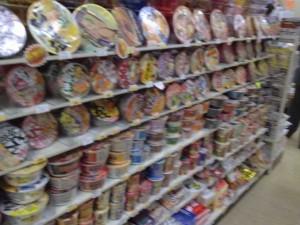日本一カップラーメンの種類が多いコンビニの店内の写真3
