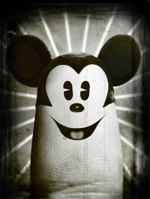 指に描いたミッキーマウスの画像