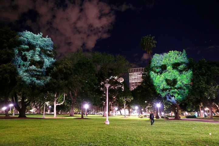 巨大な顔を投影するアートの写真2
