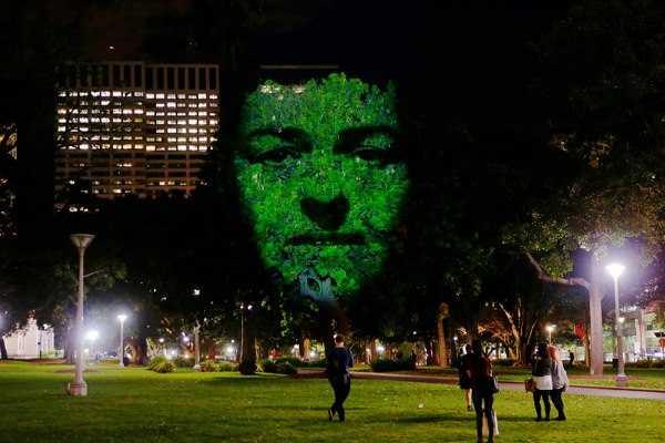 巨大な顔を投影するアートの写真1