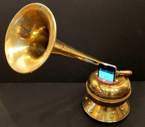 蓄音機型のiPhone用スピーカー