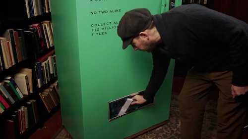 2ドルでランダムに古本が出てくる「古本自動販売機」