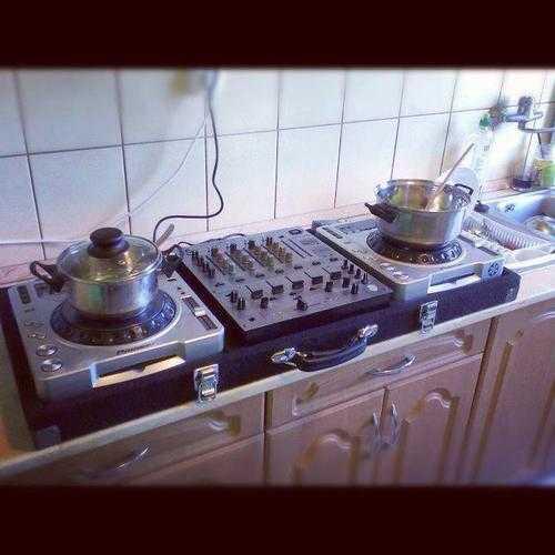 「DJでメシを食う方法」に関しての回答がTwitterで話題