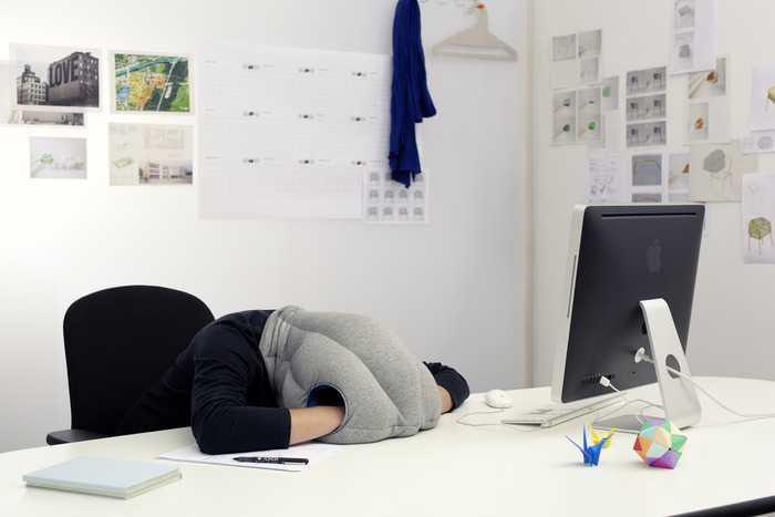 どこでも寝れる枕「OSTRICH PILLOW(ダチョウ枕)」が凄い
