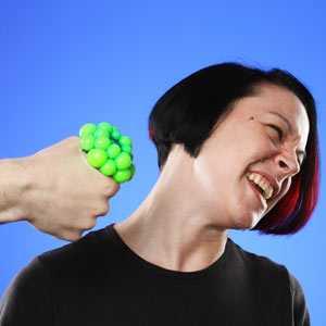 ストレスボールを見せられて嫌がる女性の図