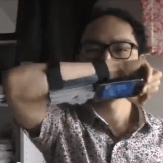 日本人の考えた「格好良く且つスピーディにiPhoneを取り出す」装置