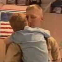 【動画】戦地から帰った兵士が帰ってきた事を内緒にして家族と再会するサイプライズ