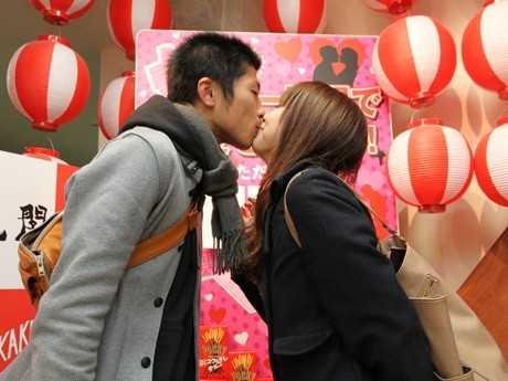 【男同士もOK】キスをすると入場料半額!通天閣でバレンタイン企画「チュー天閣」