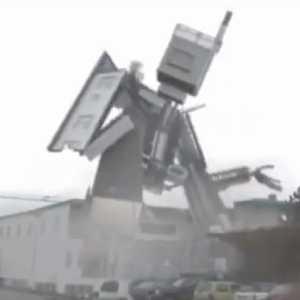 【動画】建物が突然ロボットに変形して踊りだす動画が凄い!