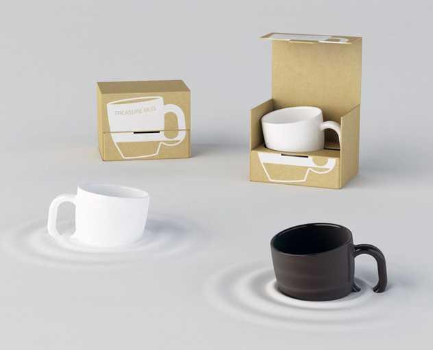机にめり込んでいるように見える不思議なマグカップ「TREASURE MAG」