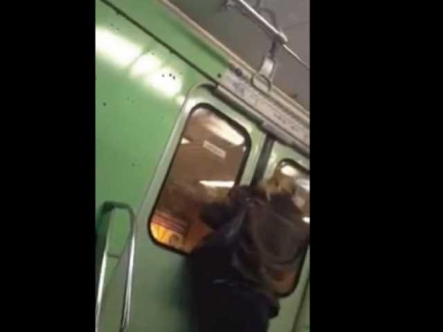 【動画】海外怖い!電車内で起きたスマホ強奪の瞬間・・・