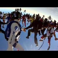 【動画】みんなで飛べば怖くない!?138人同時のスカイダビングが凄い!