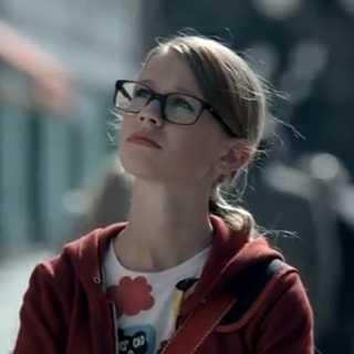 テイジン(帝人)のCMの眼鏡の女の子は誰?そしてあのカトリーヌちゃんの現在は?