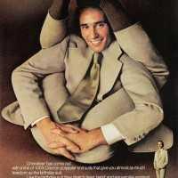 「どんな体勢だって対応できるフレキシブルなスーツ」の広告が不自然極まりないと話題