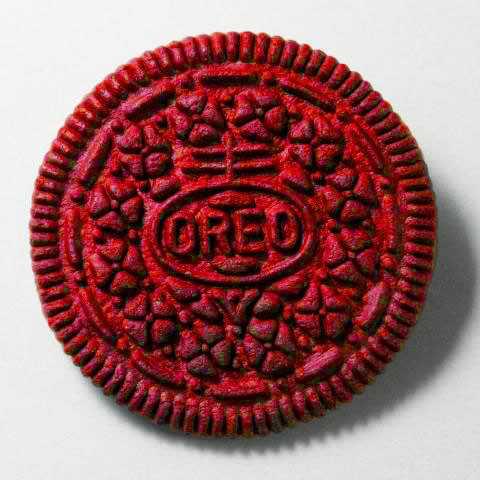【画像】慰めるやつがもういない時に食べる「紅に染まったこのオレオ」がTwitterで話題