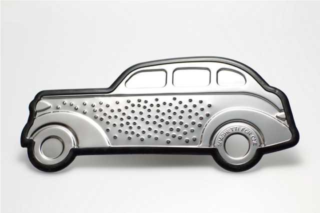 車がマシンガンで蜂の巣にされたようなデザインのおろし金「Gangster-Grater」
