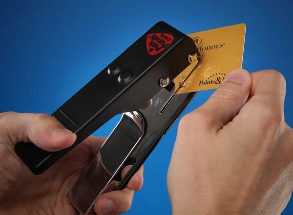 これはイケてる!使用済みのカードをギターピックに変身させるパンチ