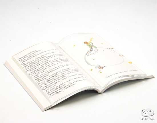 """お洒落に""""ながら作業""""ができる、本の上に置く透明な本「Book on Book」"""