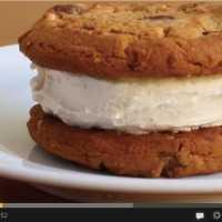 【おもしろ動画】ワイルド過ぎるアイスクリームサンドの作り方