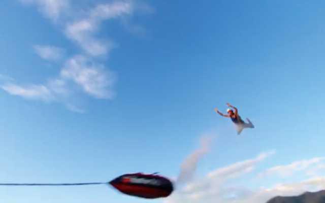 人間を物凄い勢いで引っ張って飛ばす「Human Slingshot」という遊びが凄い