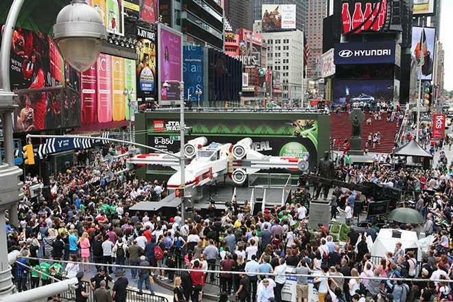 世界最大のLEGO、モデルはスターウォーズの戦闘機で翼長13m!