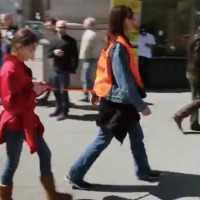 盲導犬ならぬ盲導人!?携帯を見ながら歩くことの危険性を啓発するパフォーマンス
