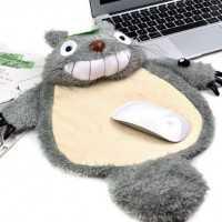 トトロのお腹の上で操作するモフモフなマウスパッド