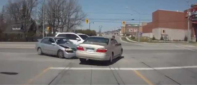 【動画】車3台が絡み合う大事故のあまりにもファニーすぎる結末
