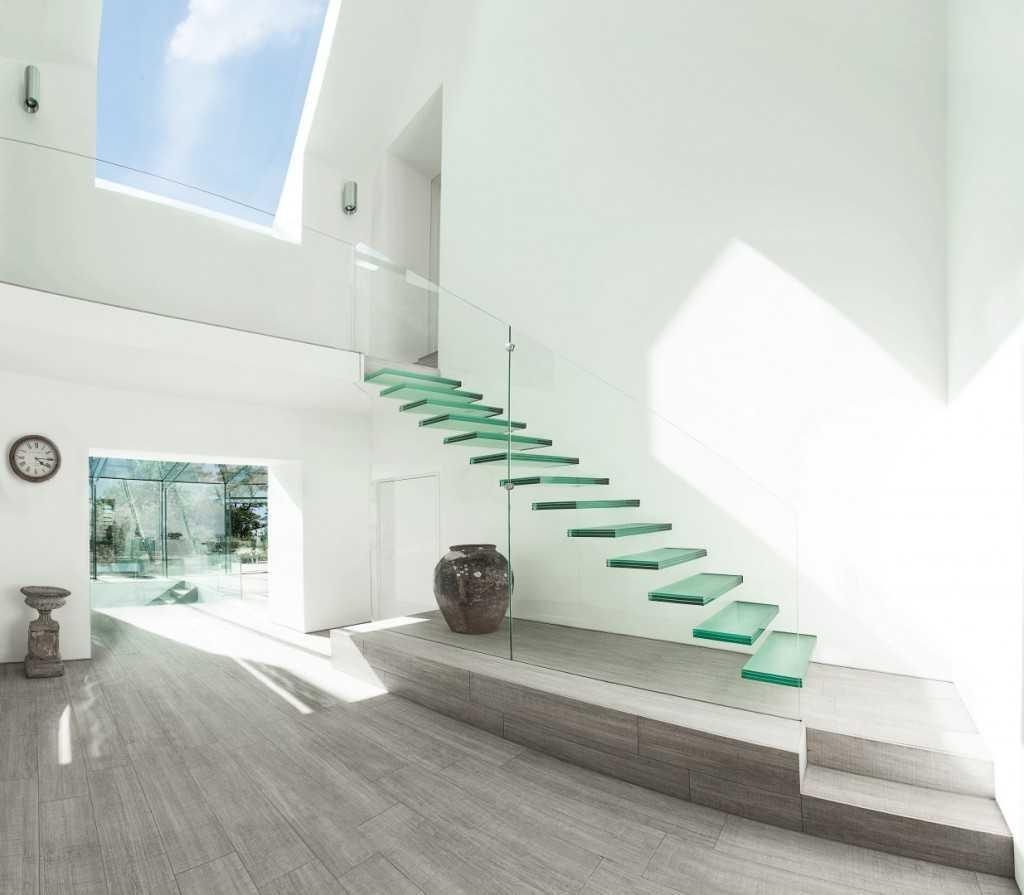 空中に浮くガラスの階段