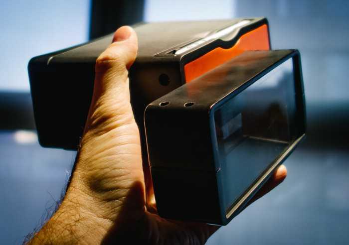 iPhoneをのカメラを3Dにするガジェット「Poppy」