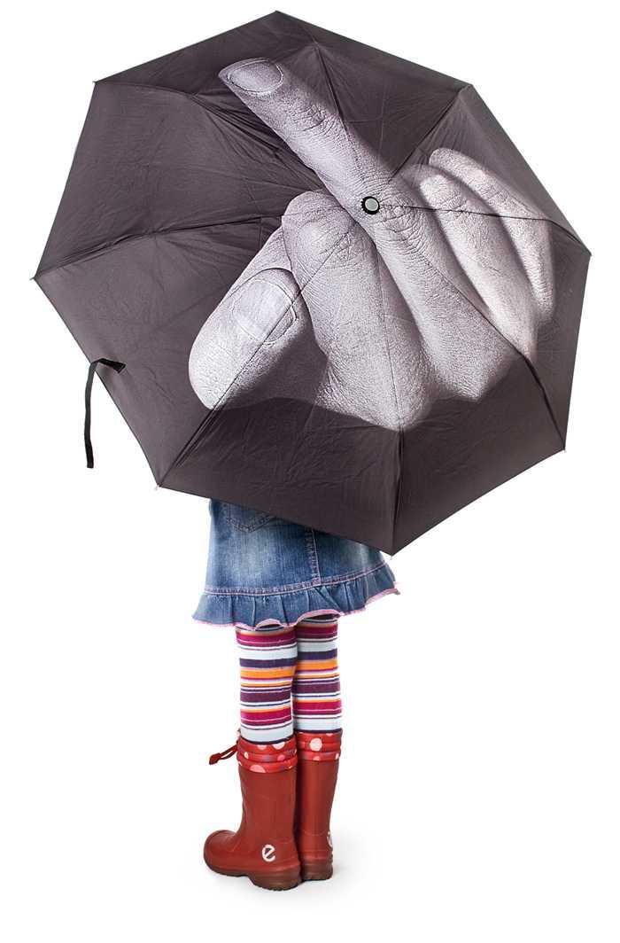 雨に怒りを覚えた時に使うクールで挑発的なデザインの傘