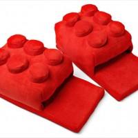巨大なLEGOブロック型のスリッパ「Building Brick Slippers」がカワイイ!