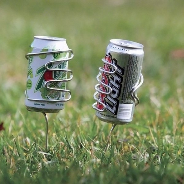 ゴルフの時に便利そう、芝生にブスッ!!と挿せるドリンクホルダー