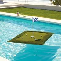 プールにプカプカ浮かべるゴルフのグリーン「Floating Golf Greens」