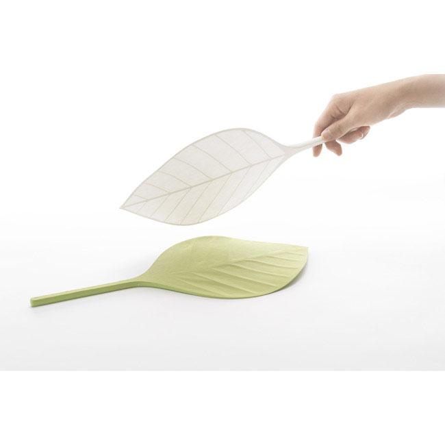 大きな葉っぱをそのまま内輪にしたようなデザイン「葉うちわ」
