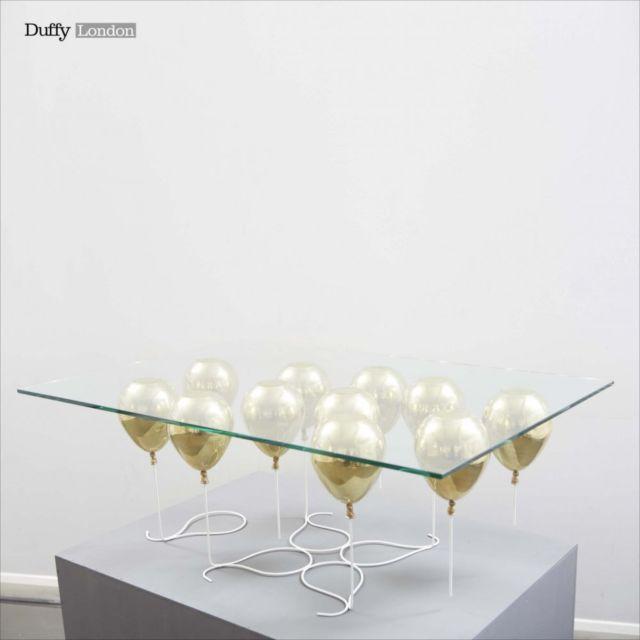 風船の浮力で浮いているように見えるテーブル「The UP Coffee Table」