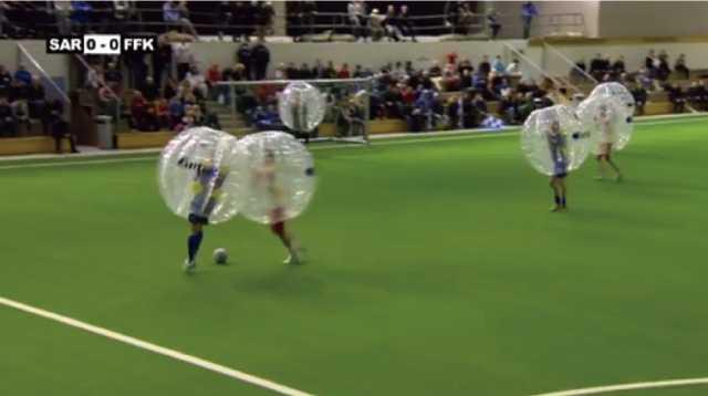 思いっきりタックルしてふっ飛ばしてもOK!謎のスポーツ「バブルサッカー」が熱い