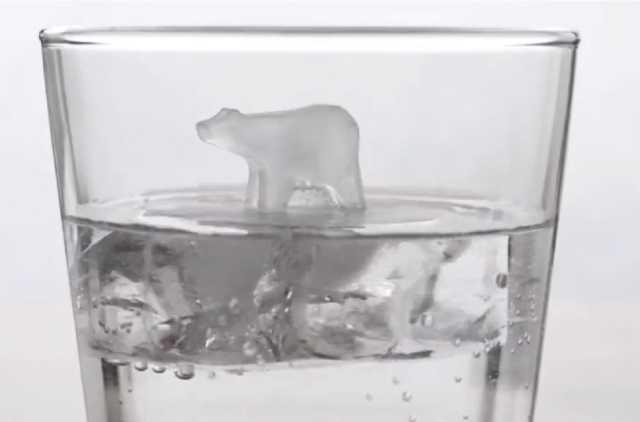 流氷の上に乗ったクマのような氷が作れる製氷皿