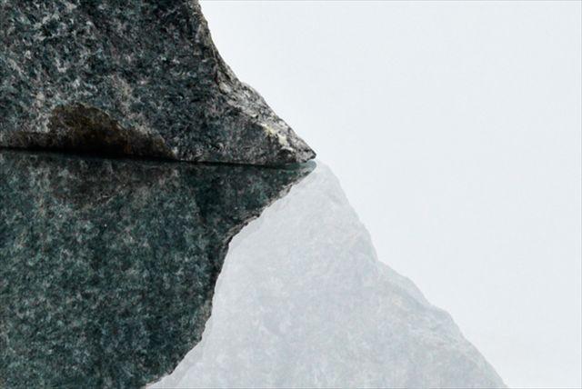 まるで湖に浮かぶ孤島、岩とガラスだけで造られたテーブル「Emmet Rock」