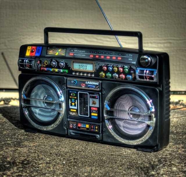 カセットテープの代わりにiPodを差し込むレトロなラジカセ「Retro Blaster iPod Boombox 」