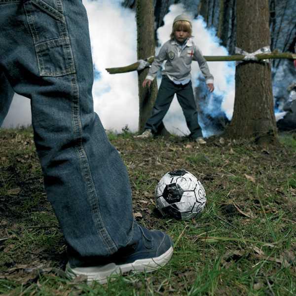 天才的発想!グルグル巻きにするとサッカーボールになるテープ