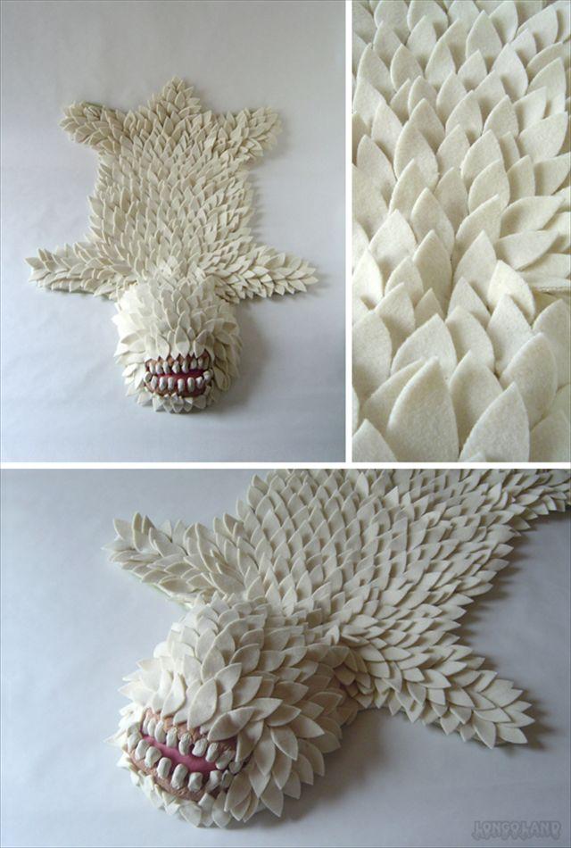 熊の毛皮・・・ではなく怪物の毛皮で作ったラグマット「Monster Skin Rug」