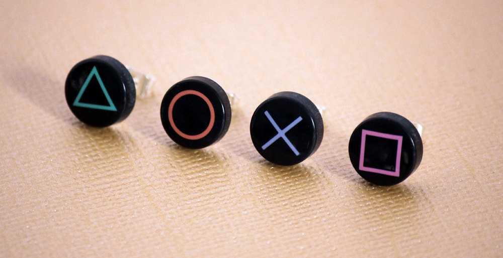 プレステ愛が滲み出る!!プレステのコントローラーのボタン型イヤリング