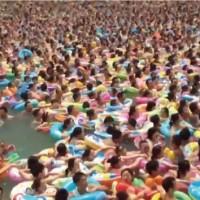 【動画】想像を絶するレベルで混雑している中国四川省の海水プール