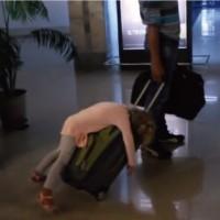 【動画】6時間のフライトに疲れ切った女の子の見事な熟睡っぷりがカワイイw