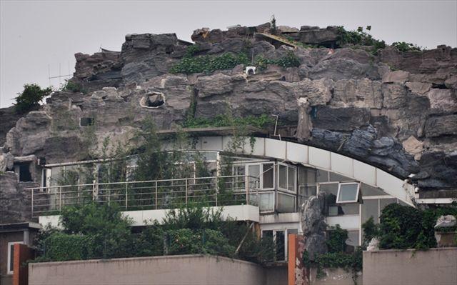 北京の医者が建てた「最上階が岩の要塞になっているビル」が凄い