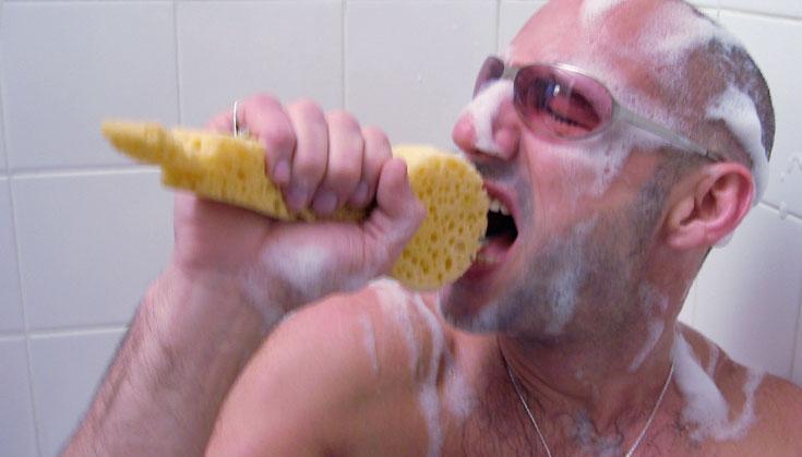 お風呂で熱唱しちゃう人用のスポンジ「Mic sponge」